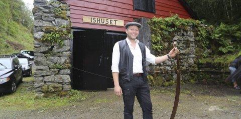 """IMPONERANDE: - Eg er imponert over jobben som vart gjort då det i si tid vart bygt ishus, demning og renning, seier Bjarte Vaktskjold, leiar i Nøtlevågen:::: Ordføraren stod for den offisielle opninga med å klyppa snor med tang, og deretter sessa folk seg i """"ishus-salen"""" og høyrde Arne Høyland snakka om bygningstradisjonar og handel."""
