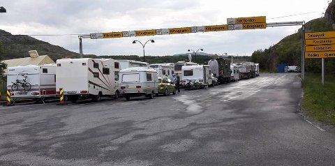 Det sto mange igjen på kaia da den siste fergen for dagen forlot Jektvik.