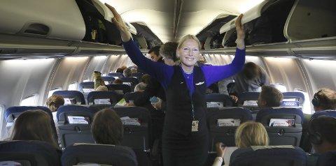 Siste flytur: Anne Jakhelln dro ut på sin siste flytur som SAS-ansatt etter 35 år i selskapet og nær 30 av dem som flyvertinne. – Klart det er vemodig, men for meg er det en avskjed i takknemlighet og glede sier 55-åringen som nylig fullførte sykepleierutdanningen ved Nord universitet, og alt har startet i sitt nye virke.