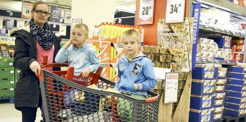 OVERRASKET: Siv Hege Håvardstun handletur med sønnene Adrian (6) og Aron Andre (8) på                      Coop Obs på Lagunen. Hun er overrasket over at det kan være dyrere å kjøpe store pakninger. – Det betyr at jeg som kunde egentlig blir          lurt, sier småbarnsmoren. FOTO: LINDA HILLAND
