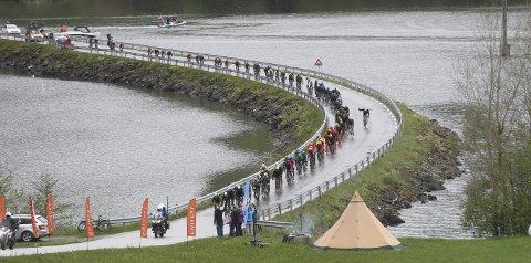 BLIR STENGT: Kjøsnesfjorden bru, her under Tour des Fjords i 2017, skal oppgaderast i sommar.