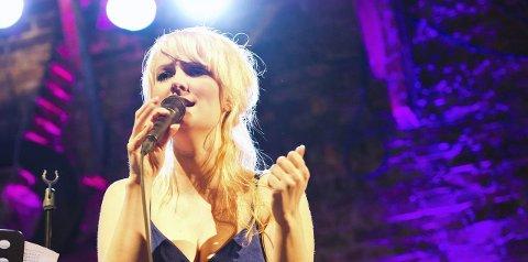 Åpningssporet: Maria Mohn synger åpningssporet på hyllestalbumet til Finn Kalvik som runder 50 år som artist i 2016.