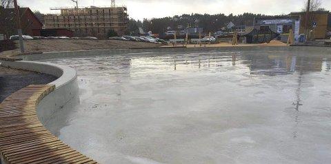 Opphold: Det har vært stor aktivitet ute på isen helt siden åpningen. Nå er det rolig her. Foto: Ellen ophaug