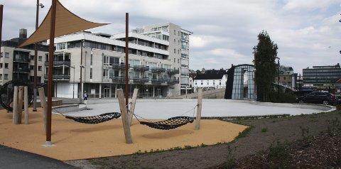 Snart sandvolley: Her vil det snart bli to fullverdige sandvolleyball-baner, i Fredrikstad sentrum. Foto: Hege Mølnvik