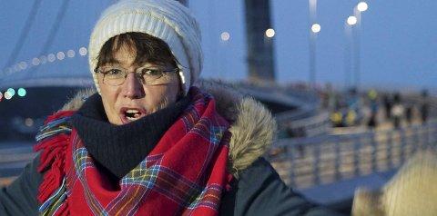 JUBLET: Marianne Bremnes er ikke i tvil om at brua vil knytte Narvik og Harstad nærmere. Hun beskriver den som fantastisk. Foto: Fritz Hansen