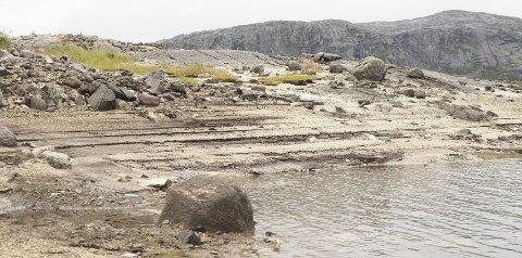 Vises godt: At Jernvann er tappet ned, vises godt, blant annet i avsetningene i sanden. En slik nedtapping skjer imidlertid hvert eneste år. foto: Terje Næsje