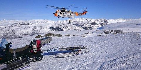 Helikopter: Det er et uvurderlig hjelpemiddel ved snøskred. Her et bilde av et Seaking redningshelikopter under en skredøvelse. Her kan skimtes hund og hundefører hengende under maskinen.  Fotos: Alf Dalby og Susanne Bengtsson.