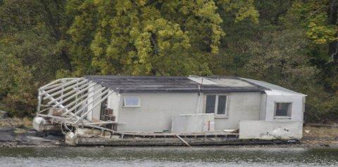 HUSBÅT: Gjengangeren har flere ganger omtalt husbåten som har strandet på Mellomøya.
