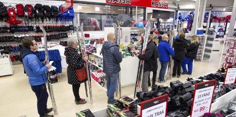 Gi-bort-pris: Eneste stedet ved Charlottenbergs shoppingsenter der folk sto i kassakø tidlig på morgenen, var hos Sport Ringen Outlet. Her solgte de langrensski til 10 kroner paret.