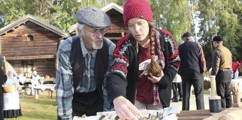 Pirker: Tina Strøm er innom hos treskjærer Arne Lilleåsen og snur på verktøyet. Lilleåsen fikk oppdrag på Farmen, og stiller selvsagt opp og viser fram kunstverket.