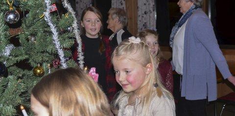 SMÅ OG STORE: Var med i gangen rundt juletreet. Blant dem var Jenny Hval Granlund (7).