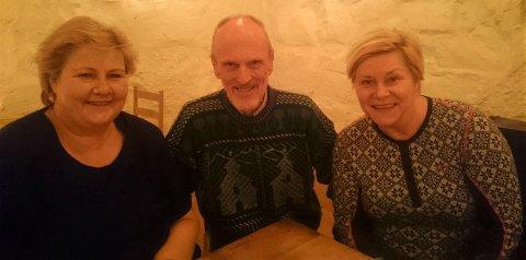 I STEINHUSET: Statsminister Erna Solberg, Amund Bø og Siv Jensen koste seg i Steinhuset torsdag kveld.