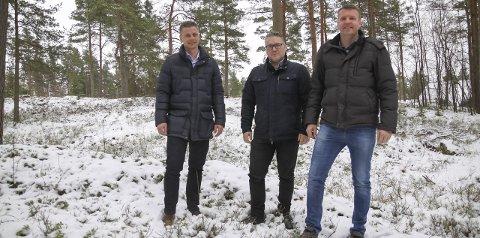 HER VIL DE BYGGE: Viggo Nossen (t.v.) Håvard Tafjord og Tore Steen står på en kolle i skogen mellom Stenrød og Ulvås der de foreslår å utvikle et nytt, middels stort boligområde.Alle Foto: Morten Ulekleiv