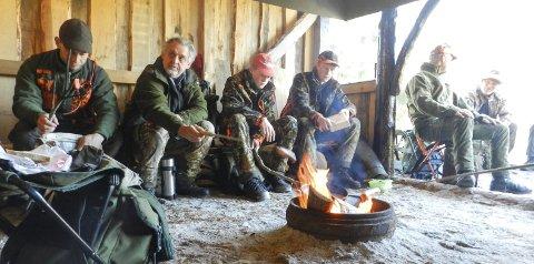 ELGJAKT: Jegerne i Nordgård Ånerud jaktlag har tent bålet i gapahuken sin langs veien inn mot Ør. Alle foto: Steinar Omar Østli