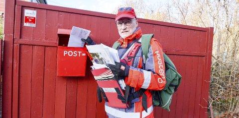 10 ÅR: Steinar Karlsen har vært av og på som postmann i Oskleiva i 10 år. Nå har han gått ruta de siste seks årene, og går én mil hver dag. Alle foto: Emely Hansen