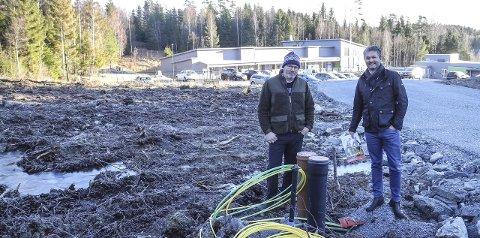 KONGEFARET: – Her i området ved DoReMi barnehage er det byggeklare tomter, i likhet med andre steder, sier Helge Stumberg (tv) og Jan-Erik Herft.
