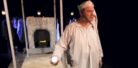 PÅ TURNE: Markus Tønseth spiller gjerrigknarken Scrooge i «Et juleeventyr». Foto: Teater Innlandet