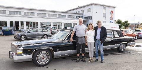 I RUTE IGJEN: Etter tre år er «Cadillac Fleetwood Holum/Gresby Brougham» klar for gå i rute igjen. Fra venstre: Ove Armann Isaksen, Ann-Kristin Græsby og Johan Græsby.