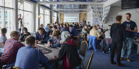 Lørdag ettermiddag: Hardangermesterskapet i poker ble arrangert i 2. etasje på Hardanger Hotel. Det var 89 deltakere.