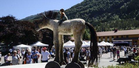 Mykje folk laurdag: Strålande vêr, strålande moglegheiter til god handel og mykje inspirasjon. Og kva ein marknad utan hest? Her i keramikar Elisabeth Lunnan sin versjon.