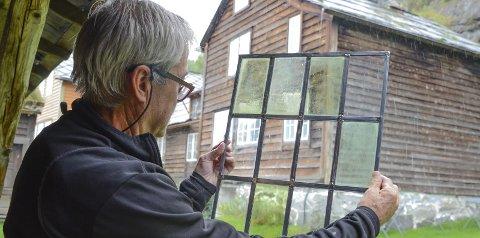 Glasklart: Gunnar Kjerland, tidlegare handverkar på museet, er ein tusenkunstnar, Han var henta inn og fekk ansvar for restaurering av blyglasvindauge til Lagmannsstova. Alle foto: Mette Bleken