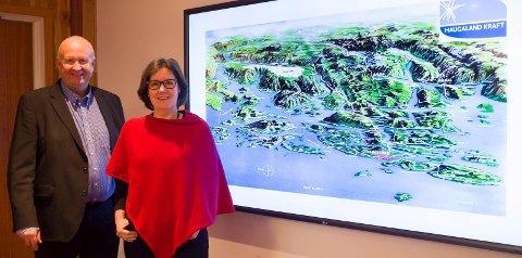 KRAFT-RIKET: Olav Linga og Gunn Margareth Lassesen og kartet som viser Haugaland Krafts region etter kjøpene.