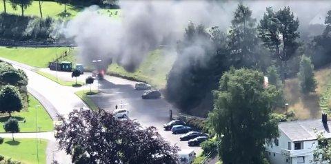 MYE RØYK: Det var kraftig røykutvikling under bilbrannen i Suldal. Brannen skal nå være slukket.