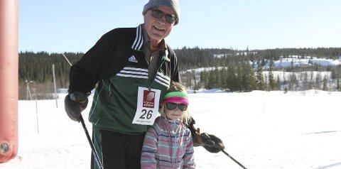 NY GENERASJON: Ole Storåker har deltatt på alle 44 Hjartfjellrennene. Barnebarnet Sara Opland (7) gikk for første gang, og de lot seg imponere av hverandre. Alle foto: Vegard Olsen