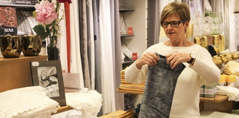 DRØMMEJOBB: Etter 50 år i bransjen gleder Sissel Brubakk på Princess i Mosjøen seg fortsatt til å gå på jobb hver eneste dag. Foto: Vegard Olsen