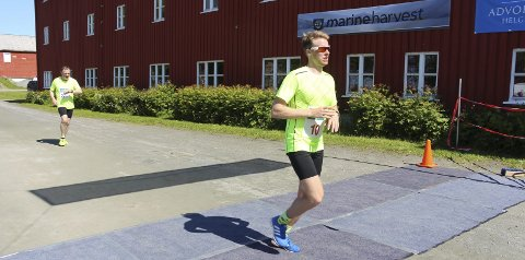 I MÅL: Emil Sorsell går i mål som førstemann under årets Alstahaug maraton, med tiden 2:58:13. Foto: Jarl G. Sandholm