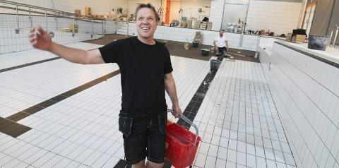 SVARET: Espen Lillejord i Sør Mur & Bygg reparerer det som firmaet selv gjorde i 2017/18. Nå legges det nye fliser i bunnen av bassengene. Han har forsøkt å finne årsaken til at flisene løsner, og mener at han har funnet årsaken.  Foto: Per Vikan.