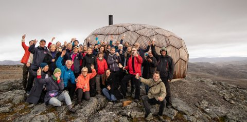 STOLTE: Hammerfest og omegn turlag og Spinn arkitekter ved Turhytta på Storfjellet høsten 2018.