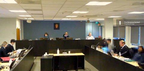 SKJERMDUMP: Her er skjermdump fra stream fra Bergen tingrett tirsdag morgen før retten ble satt. To av de tiltalte er her sladdet, 32-åringen (til høyre) som har bodd og jobbet som fisker i Vest-Finnmark, og 35-åringen fra Finnmark. Mellom de to sitter 32-åringens forsvarer Einar Råen. I midten på bildet er rettens administrator, dommer Anne Grete Larsen Hestnes. Til venstre i bildet er aktoratet med blant annet politiadvokat Erlend Kjetil Stenberg. (Bildet publiseres med tillatelse fra tingrettsdommer Hestnes).
