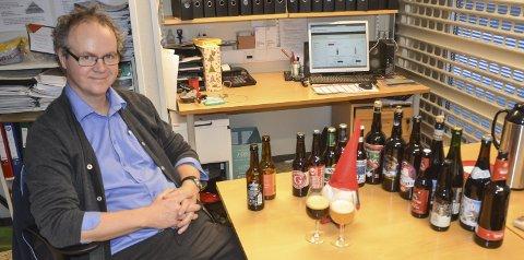 EKSAMINERT I ØL: Polsjef Trond Arne Hanssen på Sørumsand har eksamen i øl. I år kan han tilby 75 slag juleøl. FOTO: ROGER ØDEGÅRD