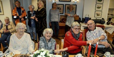 Julesang: – Så rekker jeg deg nå med glede min hånd, kom skynd det å rekk meg din andre... Fra venstre: Gudrun Ehnebom, Sigrunn Jørstad, Ingfrid Dalen og Kjell Søndbø.