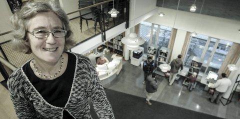 Velkommen: Biblioteksjef Elisabeth Bergstrøm inviterer til lunsj-foredrag onsdag. Foto: Irene Mjøseng