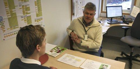 Stort valg: Thomas Lande (15) og Magne Haraldstad, snakker om mulighetene.foto: Bror eskil heiret