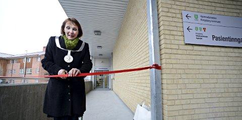 Trygg: Ordfører Kari Anne Sand kappet det røde båndet for den nye legevakta i desember 2016. Nå blir det enda flere brukere av den nye legevakta.