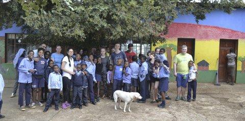 Små og store: IB besøkte barnehjemmet Botshabelo. foto: Andrea Eiken.