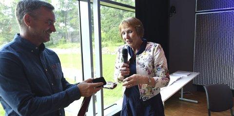 FIKK KIF-SLIPS: Sportssjef Clas Brede Bråthen ble overrakt et KIF-slips og nål av ordfører Kari Anne Sand.