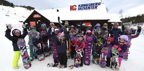 SILVERGIRLS: Tradisjonen  tro samlet Silje Norendal og KIF snowboard jentene i Silvergirls til samling i Funkelia 1. juledag. I år var også Tina Steffensen med som instruktør for de ivrige brettjentene. Her er de to landslagskjørerne sammen med ivrige jenter.ALLE FOTO: OLE JOHN HOSTVEDT