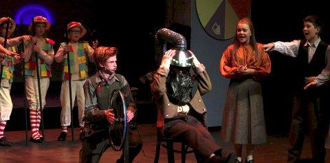 OPPFINNER: Her viser hovedrolleinnehaver Magnus Juveth Lenngren i rollen som Caractacus Potts fram en av oppfinnelsene sine – hårklippemaskinen.