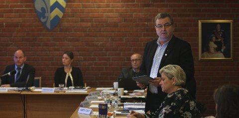 Håper det snur: Arnfinn Linge (stående) i kommunestyremøtet før jul der Våler vedtok å fortsette alene.