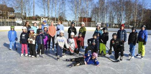 Yrende liv: Mange barn og unge lekte og moret seg på kunstis-banen på Ørejordet fredag. Foto: Torgeir Snilsberg