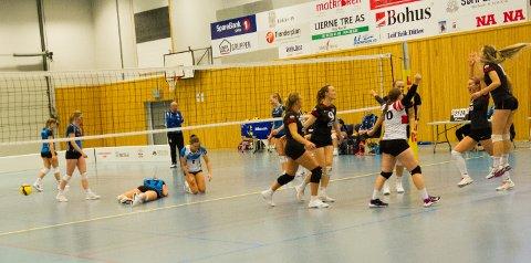 NEDERLAG: Matchballen er satt i bakken, og Martine Bye (nummer to fra høyre) kan juble for seier for sitt OSI, mens Lierne-spillerne må innse at de kom til kort.
