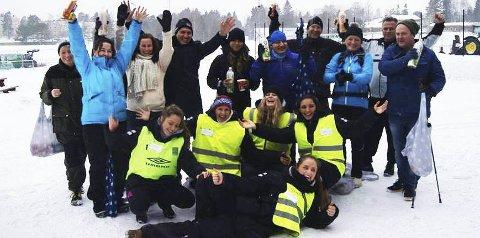 GODT FORMÅL: Glade arrangører i Elements UB og noen av deltagerne fra vinterløpet ved Østensjøvannet. Foto: Privat