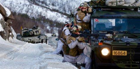 MER HÆR: Nordnorske ordførere krever styrking av Forsvaret i nord. Her er en avdeling fra Panserbataljonen i kamp under en øvelse nær Porsangmoen i Finnmark. Foto: Ola Solvang