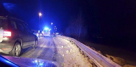 Midtrekkverk skapte kaos: Hjelpemannskapene kjørte lokalveien ved siden av E6 for å komme fram til ulykkesstedet.