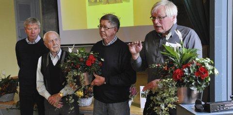 BLOMSTER: Nåværende rektor Torfinn Overn, til venstre, hadde takkens ord og blomster til tidligere rektor Simen Bleken, som skrev 75-årsboka, og til Knut Borg og Olaf Nøkleby, som har tatt for seg skolens historie fra starten og fram til i dag.FOTO: Hans Olav Granheim