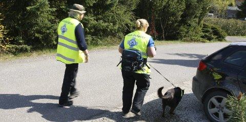 SØK: «Norske Redningshunder» har lagt 250 lapper rundt i postkassene til hageeiere som kan bli berørt av øvelsen